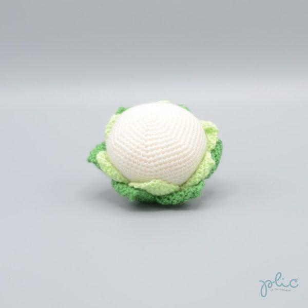 Petit chou-fleur de 7cm de diamètre entouré de feuilles, tricoté ou crocheté par Plic.