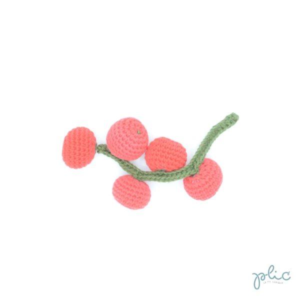 5 petites tomates-cerises de 3cm de diamètre attachées à une tige verte de 17cm de long, le tout crocheté par Plic.