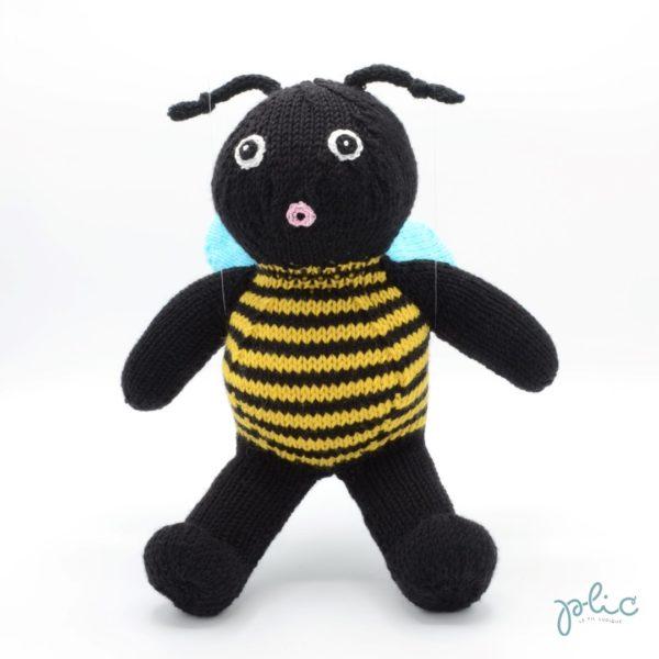 Peluche de 30cm de haut représentant une abeille, tricotée par Plic.
