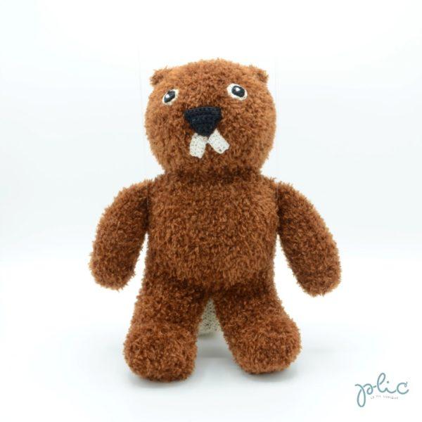 Peluche de 30cm de haut représentant un castor, tricotée par Plic.