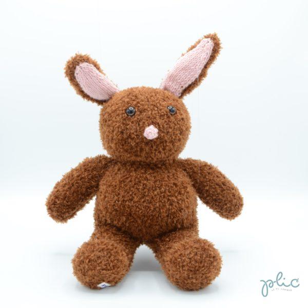 Peluche de 30cm de haut représentant un lapin, tricotée par Plic