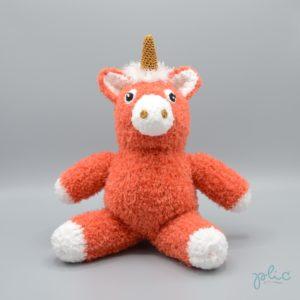 Peluche de 30cm de haut représentant une licorne, tricotée par Plic.