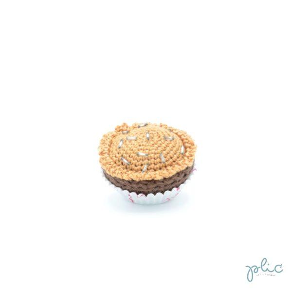 petit gâteau de 4cm de haut, recouvert d'un disque caramel crocheté par Plic et décoré de perles colorées.