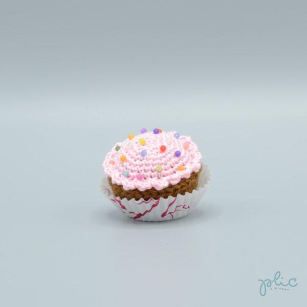 petit gâteau de 4cm de haut, recouvert d'un disque rose pâle crocheté par Plic et décoré de perles colorées.