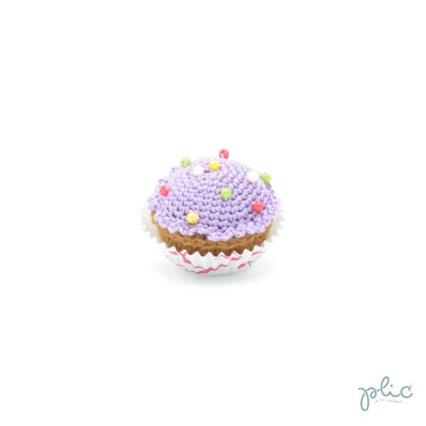 petit gâteau de 4cm de haut, recouvert d'un disque violet crocheté par Plic et décoré de perles colorées.