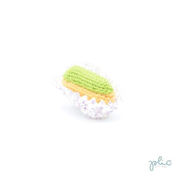 Mini éclair au crochet de 6cm de long, recouvert d'une bande vert pistache crochetée, le tout réalisé par Plic.