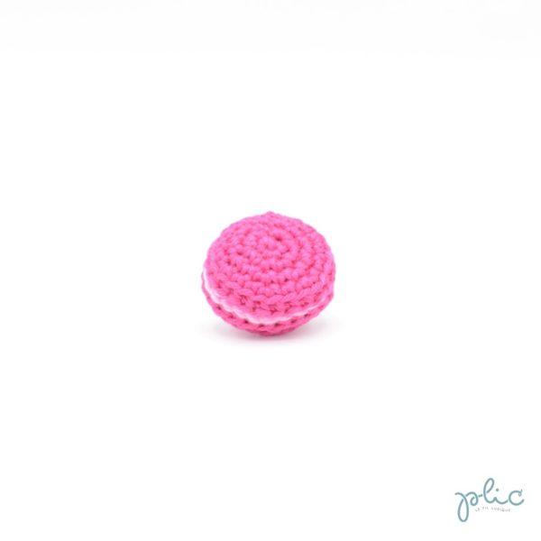 macaron rose foncé de 3cm de diamètre, crocheté par Plic