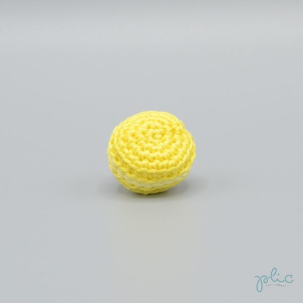 macaron jaune de 3cm de diamètre, crocheté par Plic