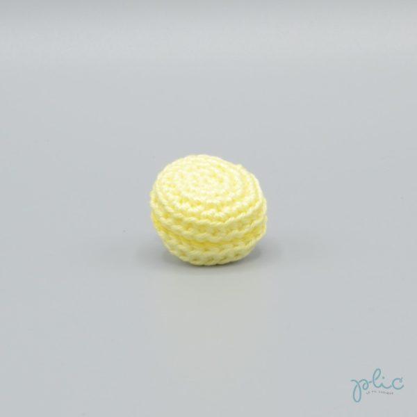 macaron jaune pâle de 3cm de diamètre, crocheté par Plic
