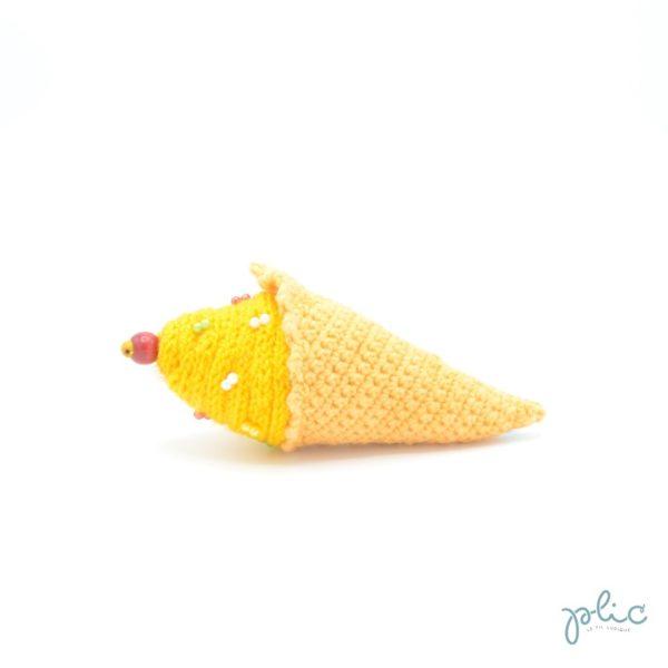 Cornet au crochet de 11cm de long surmonté d'un cône en tricotin de 4cm de haut décoré de perles, le tout réalisé par Plic.