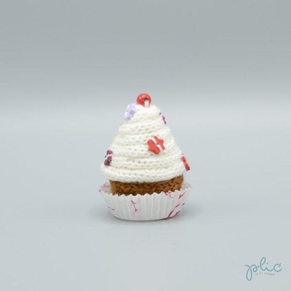 petit gâteau de 6,5cm de haut, recouvert d'un cône blanc réalisé au tricotin par Plic et décoré de petites perles colorées