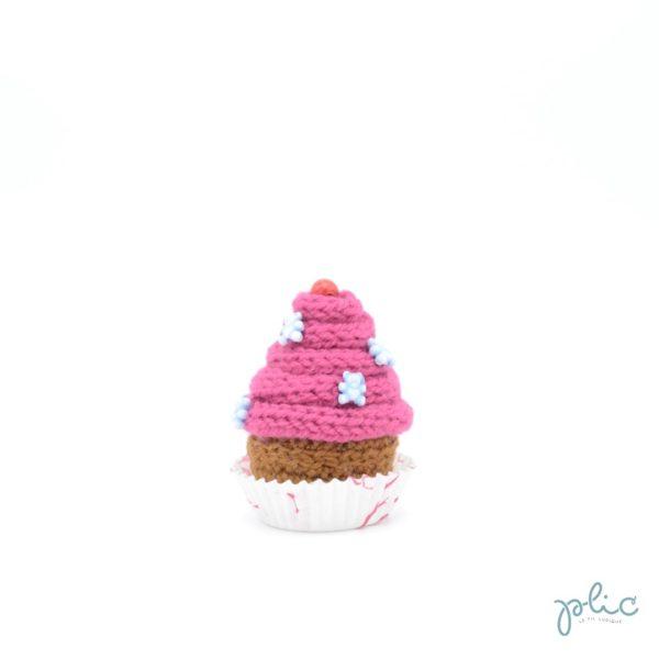 petit gâteau de 6,5cm, recouvert d'un cône rose foncé réalisé au tricotin par Plic et décoré de perles colorées.