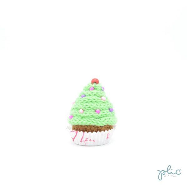 petit gâteau de 6,5cm, recouvert d'un cône vert moyen réalisé au tricotin par Plic et décoré de perles colorées