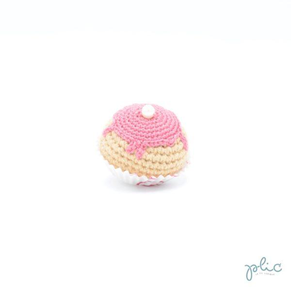 petit chou de 4cm de haut crocheté, recouvert d'un disque rose moyen crocheté et d'une perle nacrée, le tout réalisé par Plic.