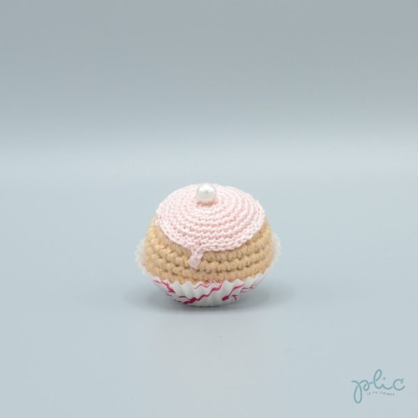 petit chou de 4cm de haut crocheté, recouvert d'un disque rose pale crocheté et d'une perle nacrée, le tout réalisé par Plic.