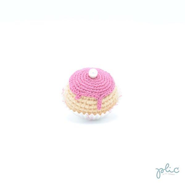petit chou de 4cm de haut crocheté, recouvert d'un disque rose foncé crocheté et d'une perle nacrée, le tout réalisé par Plic.