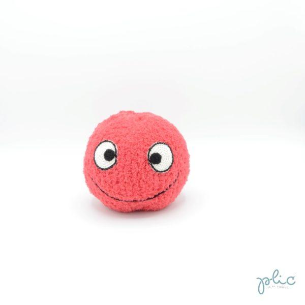 Balle unie douce et moelleuse d'environ 13cm de haut et 13cm de diamètre, avec 2grands yeux et un grand sourire, le tout tricoté et crocheté par Plic.