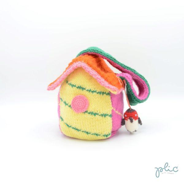 Sac en forme de nichoir à oiseaux de 15cm de haut et 10cm de large, muni d'une bandouilère de 42cm et décoré d'un rouge-gorge, le tout tricoté et crocheté par Plic.