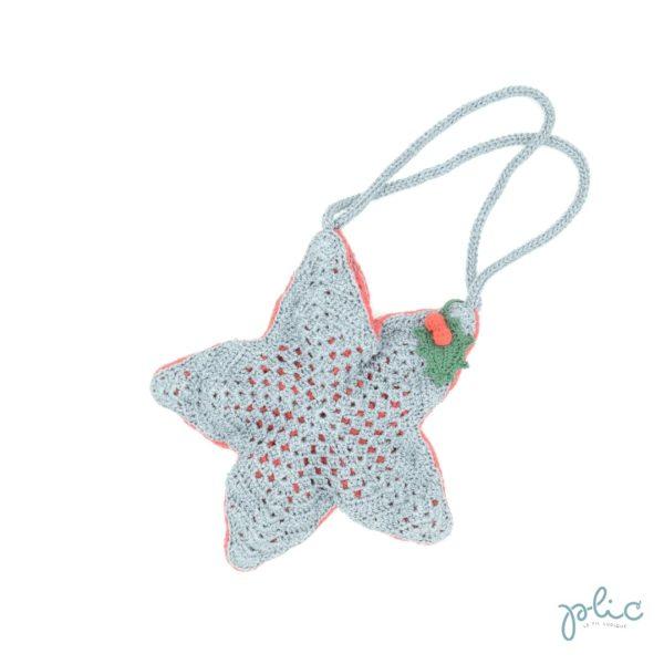 Sac en forme d'étoile à 5 branches de 22cm de haut, muni de 2 anses de 37cm et décoré d'une feuille de houx, le tout crocheté par Plic.