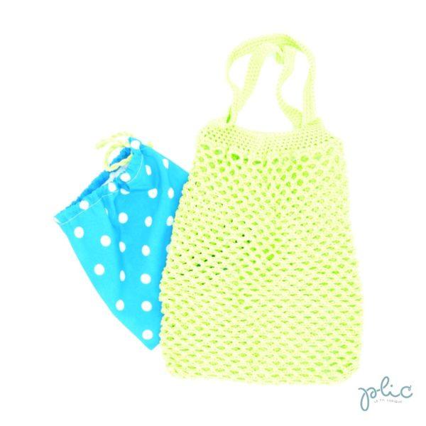 Sac filet de 22cm de haut et 21cm de large, muni de 2 anses de 27cm, le tout crocheté par Plic. Le sac peut être rangé dans une pochette en tissu avec cordon de fermeture.