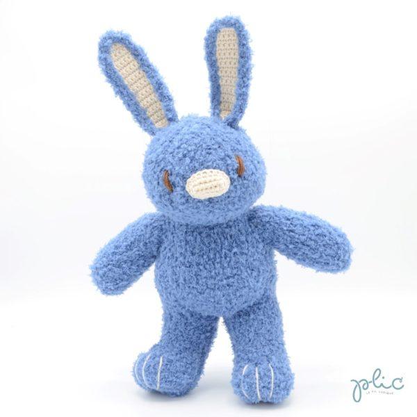 Peluche de 30cm de haut représentant un lapin bleu jeans, tricotée par Plic.