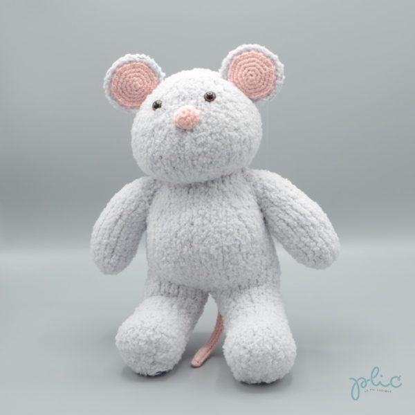 Peluche de 30cm de haut représentant une souris gris clair, tricotée par Plic.